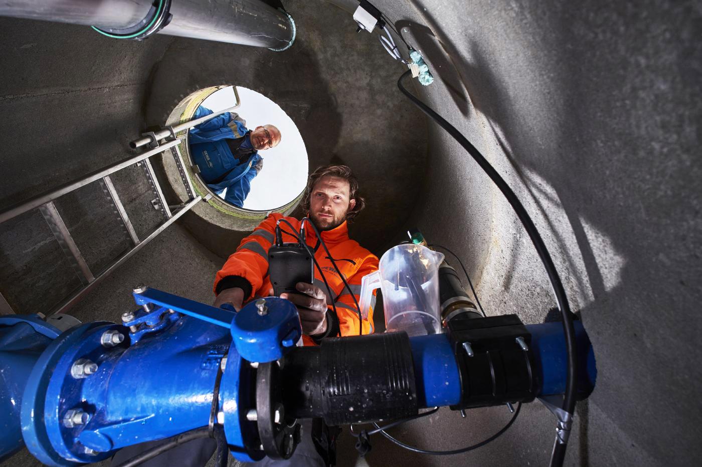Veolia in OEWA Wasser und Abwasser GmbH. Wasserprobenentnahme im Brunnen.  Person: Robert Menzel, 2016